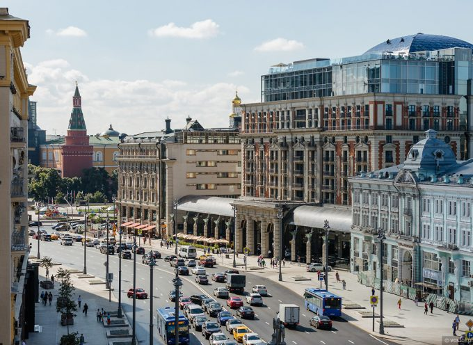 Moscow Tverskaya Street is repaved with 8000 tones of asphalt installed in one day