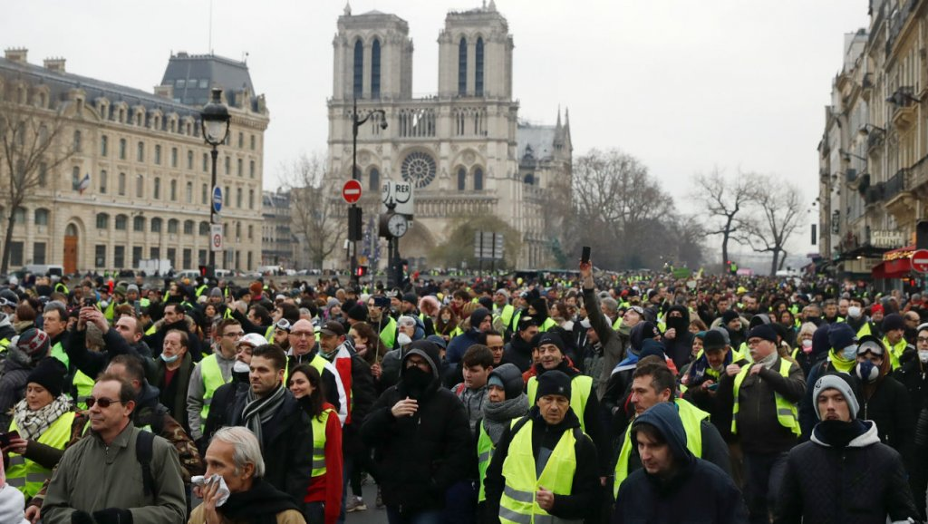 Image result for photos de la manif gilet jaunes sur les rives de la Seine